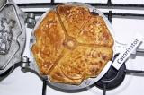 Шаг 6. Форму для печенья разогреть и смазать сливочным маслом. Выпекать печенье