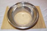 Шаг 1. Молоко смешать с водой и подогреть. Рассыпать по верху сухие дрожжи. Разм