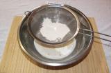 Шаг 2. Добавить в молоко и воду соль с сахаром, размешать и постепенно вмешать