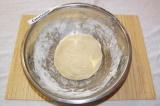 Шаг 3. Замесить плотное тесто.