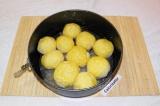 Шаг 4. Из теста сформировать пампушки и выложить их в форму. Смазать пампушки вз