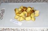 Шаг 2. Картофель помыть и нарезать кубиками.