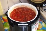 Шаг 6. Все ингредиенты загрузить в мультиварку, добавить соль, перец и подсолнеч