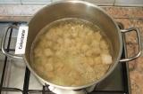 Шаг 2. Мясо выложить в кастрюлю, залить водой и поставить вариться до готовности