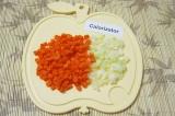 Шаг 4. Морковь и лук нарезать маленькими кубиками.