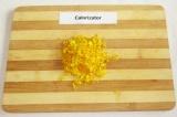 Шаг 3. Цедру одного апельсина натереть на терке.