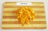 Шаг 4. Апельсины очистить и нарезать кусочками.