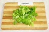 Шаг 6. Листья салата порвать руками.