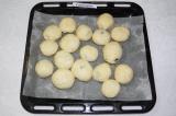 Шаг 11. Булочки смазать взбитым яйцом. Выпекать в духовке при 180 градусах 25-30