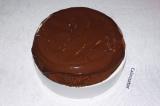 Шаг 10. Остывший пирог полить шоколадом и посыпать измельченными орехами.