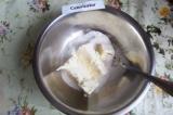 Шаг 1. Размягченное сливочное масло растереть с сахаром и ванильным сахаром.
