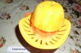 Шаг 5. С помощью соковыжималки для цитрусовых отжать сок с того же апельсина.