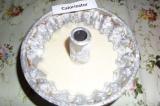 Шаг 8. Форму для выпечки кексов смазать сливочным маслом, обсыпать мукой и вылит
