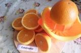 Шаг 1. Для соуса выжать сок из 4 апельсинов, 1 апельсин пока оставить.