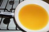 Шаг 2. Сок процедить через мелкое сито, вылить в сковороду, поставить на средний