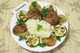 Готовое блюдо: котлеты с помидорами, кабачками и рисом