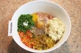 Шаг 4. В мясной фарш добавить помидор, обжаренный лук, слегка отжатый хлеб, мелк