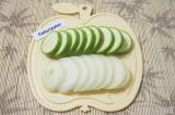 Шаг 7. Оставшуюся луковицу и кабачок нарезать толстыми кольцами.