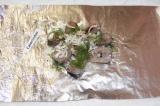 Шаг 4. На щуку выложить оставшийся лук и укроп. Посолить, поперчить и посыпать м