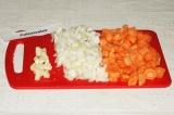 Шаг 1. Крупно нарезать морковь, лук, чеснок для дальнейшей переработки блендером