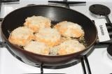 Шаг 4. Поместить котлеты в разогретую сковороду с подсолнечным маслом. Обжариват