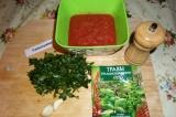Шаг 1. Томаты размять в однородную массу, добавить соль, петрушку, чеснок и сухи
