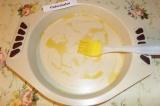 Шаг 4. Форму для выпекания смазать оливковым маслом.