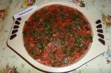 Шаг 6. Далее распределить томатный соус.
