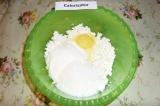 Шаг 6. Творожная начинка: смешать творог, 1 яйцо, сметану и 50 гр. сахара. Смесь