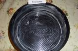 Шаг 8. Форму для выпекания смазать сливочным маслом.