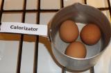 Шаг 1. Отварить яйца вкрутую.