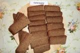 Шаг 2. Хлеб нарезать ломтиками, обрезать верхушки с зёрнами.
