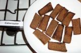 Шаг 3. Хлеб выложить на сухую сковородку и подсушить с двух сторон.