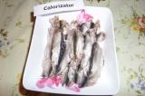 Шаг 4. Очистить кильку, раскрыть рыбу и убрать хребет.