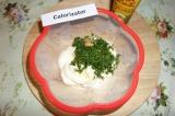Шаг 5. К размягченному сливочному маслу добавить измельченный укроп, горчицу.