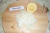 Шаг 6. Репчатый лук мелко порезать, посыпать сахаром, полить лимонным соком и по