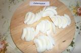 Шаг 8. Отварные яйца очистить, порезать ломтиками.