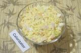 Шаг 9. Заправить салат чесночным майонезом и снова перемешать. Посыпать луком.
