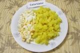 Шаг 3. Картофель и яйца нарезать кубиками.