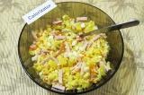 Шаг 8. Соединить картофель, морковь, яйца, ножки грибов, ветчину и твёрдый сыр.