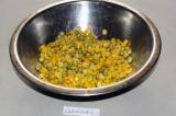 Шаг 3. В блюдо выложить горошек и кукурузу. Перемешать.