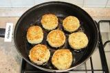 Шаг 7. Обжарить на сковороде с разогретым растительным маслом.