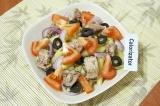 Шаг 6. Разложить лук, маслины и помидоры. Сбрызнуть салат оливковым маслом, лимо