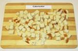 Шаг 1. Батон нарезать мелкими кубиками.