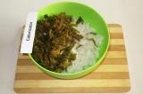 Шаг 3. Смешать рис с размокшей морской капустой.