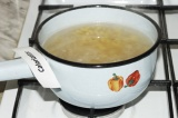 Шаг 1. Сварить макароны и откинуть их на дуршлаг, воду не выливать.