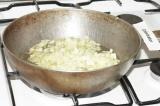 Шаг 3. Обжарить лук и чеснок до золотистого цвета.