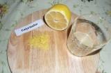 Шаг 5. С половины лимона снять цедру, выжать сок.