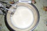Шаг 3. В яичную массу влить остывшее масло, коньяк, добавить щепотку соли. Массу
