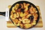 Шаг 3. Обжарить фрукты 3 минуты, добавить сахар, корицу и обжаривать еще 7 минут